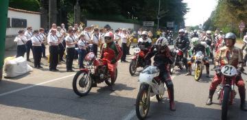 La banda intona l_inno nazionale al via della manifestazione
